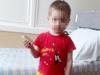 «Был в грязной одежде, один»: челябинцы нашли в подъезде трёхлетнего мальчика